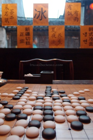 Playing reversi using Chinese chess in the teahouse
